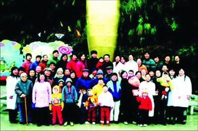 """南通市儿童福利院两年前被收养人员""""全家福""""。"""