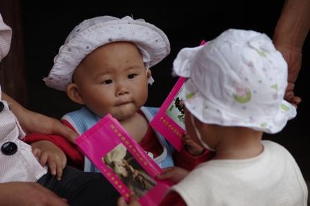 姐妹俩把红包当有趣玩具 xiao