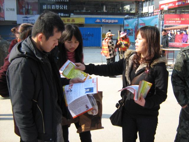 2011年3月11日义工在发单张。