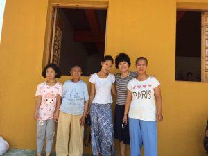 台湾年轻摄影师绵绵(左三)和尼姑庵的女孩们。